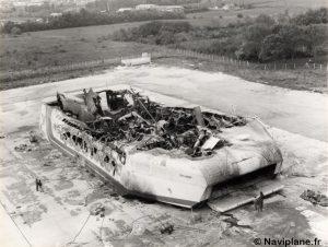 """La carcasse du N500-01 """"Côte d'Argent"""" après l'incendie"""