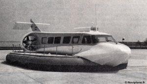 Le Naviplane N102-L devant l'usine de Pauillac
